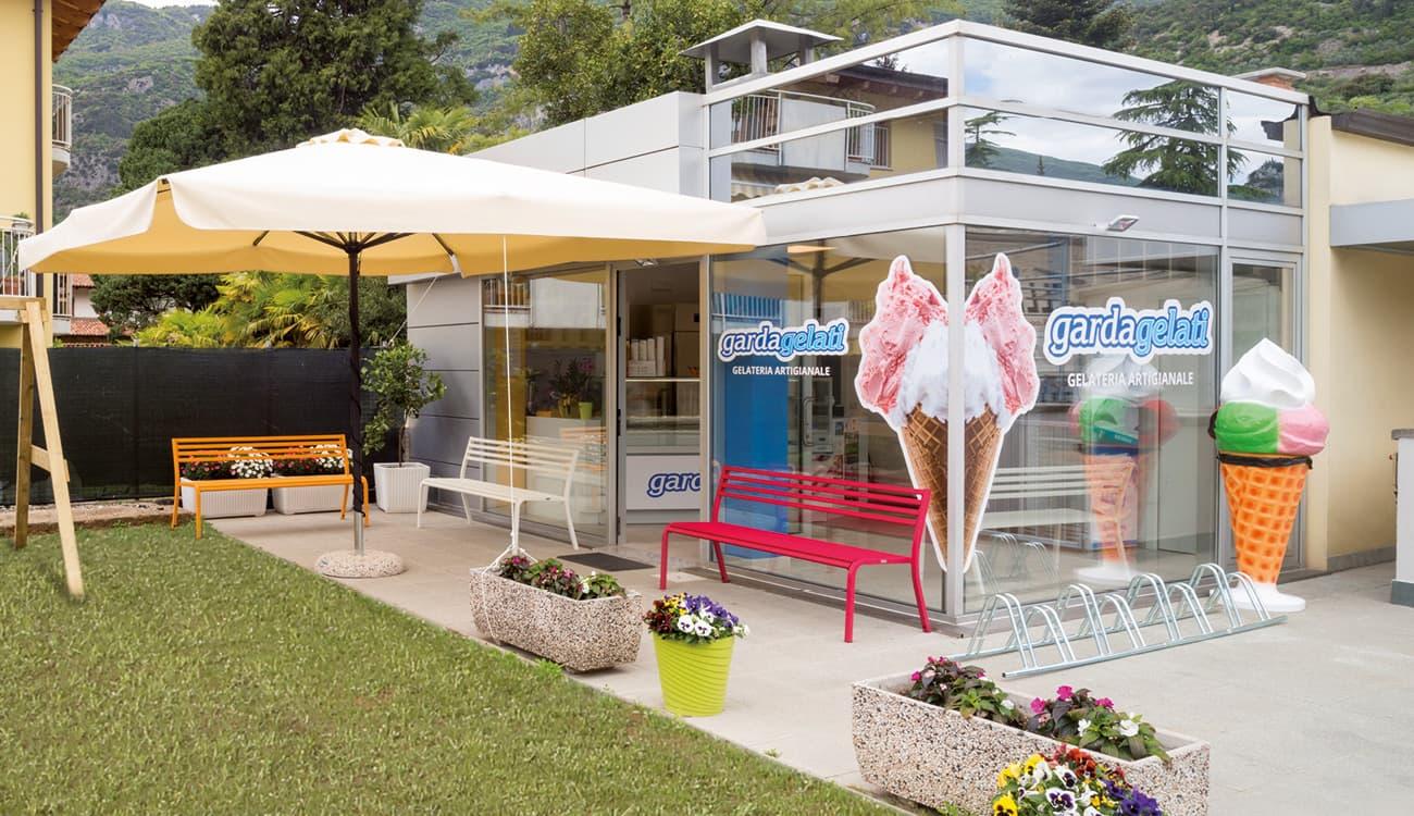 Personalizzazione grafica vetrine e segnaletica per gelateria Gardagelati Arco